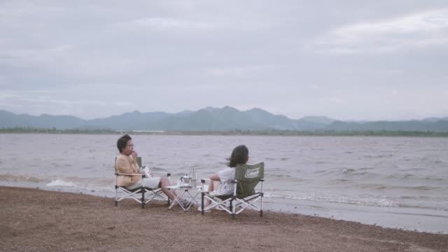 若い女性の話を聞いて彼女のフィールドの椅子に座っている年配の女性。