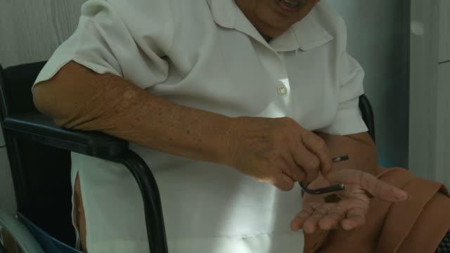 ältere frau schnupftabak thai trockene nase tabak - snuff stock-videos und b-roll-filmmaterial
