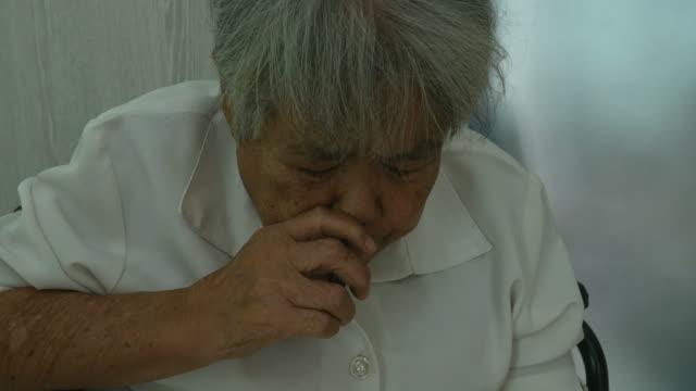 vídeos de stock, filmes e b-roll de mulher sênior snuff tailandês tabaco nasal seco - snuff