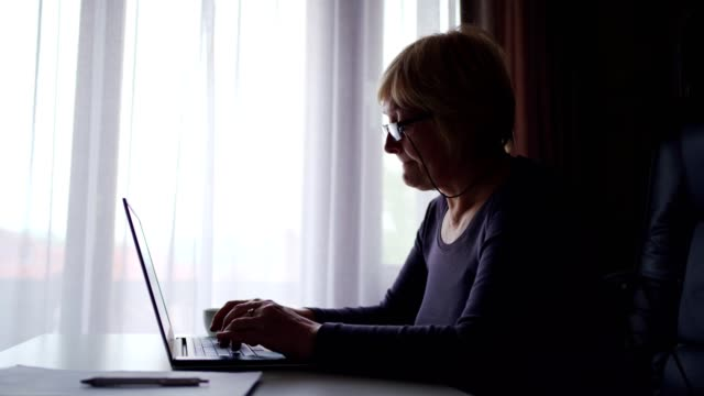 vídeos de stock, filmes e b-roll de mulher idosa surfando na rede - idoso na internet