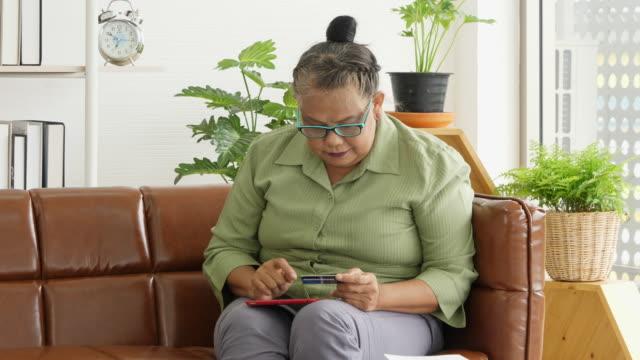 vídeos de stock e filmes b-roll de senior woman use tablet for shopping online - idoso na internet
