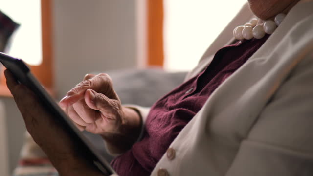 年配の女性の家でタブレットを使用して - 年金点の映像素材/bロール
