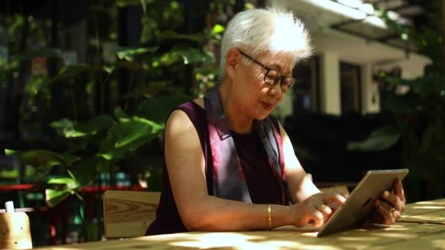 デジタル技術を使用して年配の女性 - 年配の女性点の映像素材/bロール