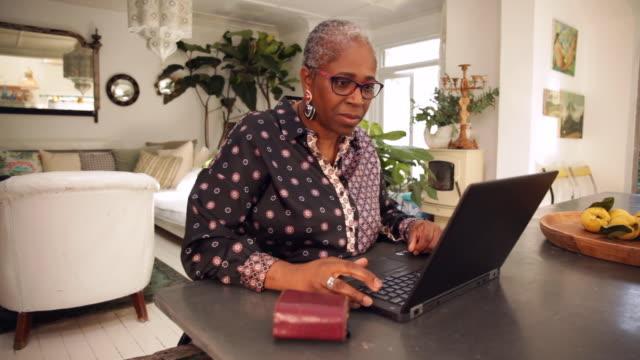 vídeos de stock e filmes b-roll de senior woman using laptop - idoso na internet