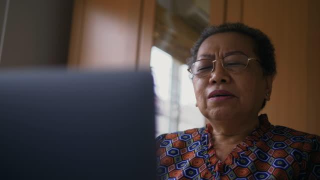 vídeos de stock, filmes e b-roll de sênior mulher usando o laptop - idoso na internet