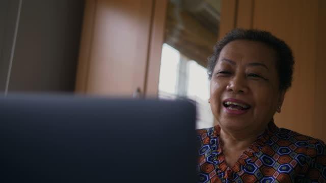 senior woman using laptop - 65 69 anni video stock e b–roll