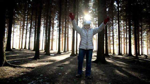 stockvideo's en b-roll-footage met senior vrouw met behulp van virtual reality bril - de volgende stap
