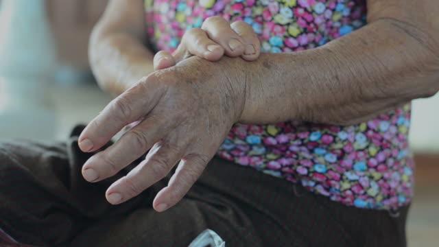 vídeos de stock e filmes b-roll de mulher idosa - artrite