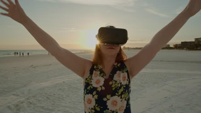 Senior vrouw virtuele realiteit googles hoofdtelefoon simulator 3d Florida strand