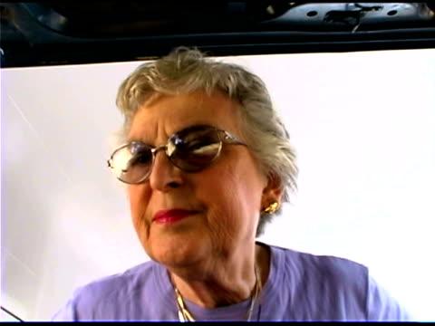 vídeos y material grabado en eventos de stock de senior woman wearing sunglasses - 65 69 años