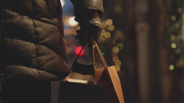 vidéos et rushes de une fenêtre de hauts femme shopping à noël - suède
