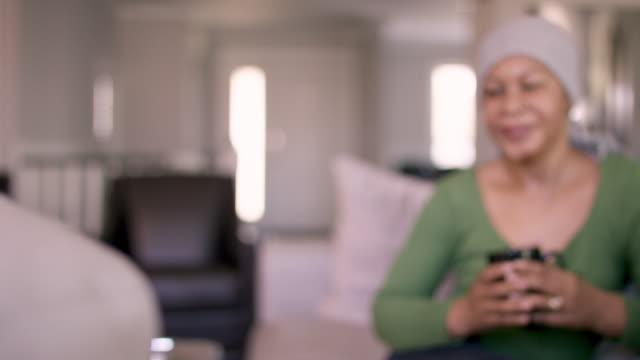 vídeos de stock, filmes e b-roll de mulher sênior com o cancro em casa no headscarf - radioterapia