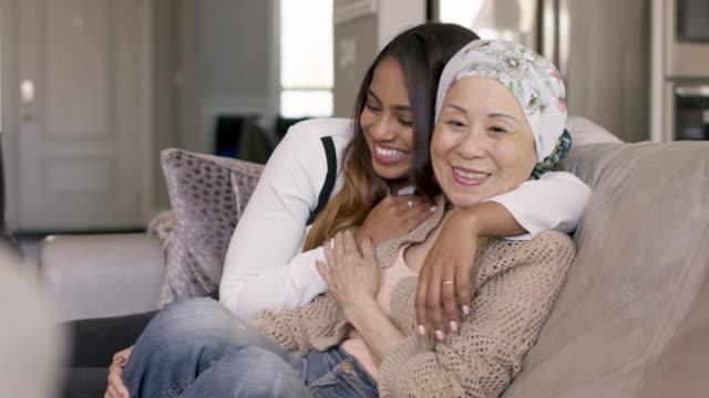 vídeos de stock, filmes e b-roll de mulher sênior com tempo da despesa do cancro com sua neta adulta - radioterapia