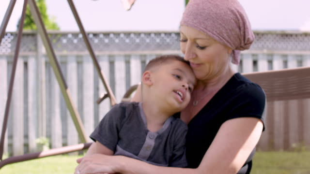 vídeos de stock, filmes e b-roll de mulher sênior com tempo da despesa do cancro com seu neto - radioterapia