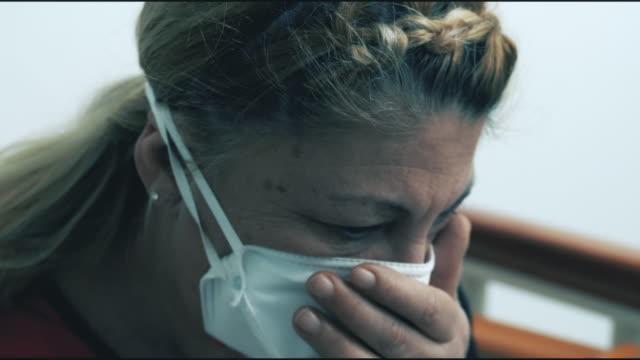 vídeos de stock e filmes b-roll de senior woman with face mask protection of coronavirus in quarantine - old illustration