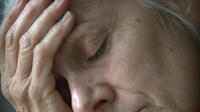 stockvideo's en b-roll-footage met ecu senior woman with head in hands, new york city, new york, usa - depressie verdriet