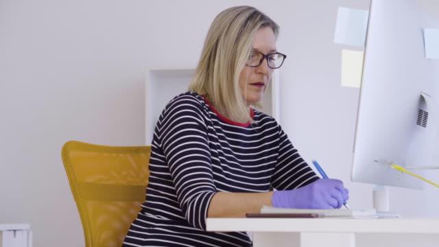 vídeos de stock e filmes b-roll de senior woman working from home during pandemic isolation - procurar emprego