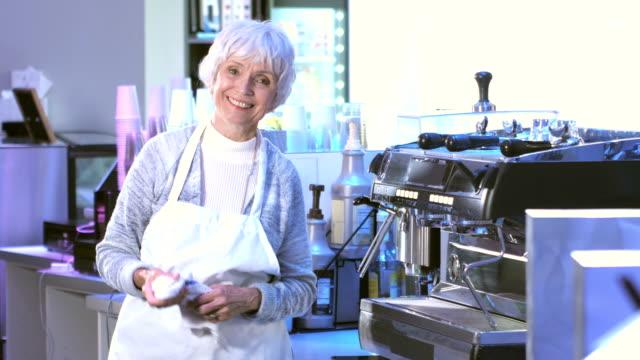 ältere frau im coffee-shop - weibliche angestellte stock-videos und b-roll-filmmaterial