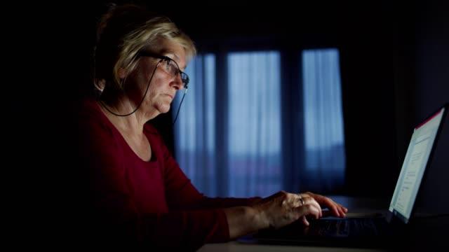 vídeos de stock, filmes e b-roll de idosa trabalhando até tarde - idoso na internet