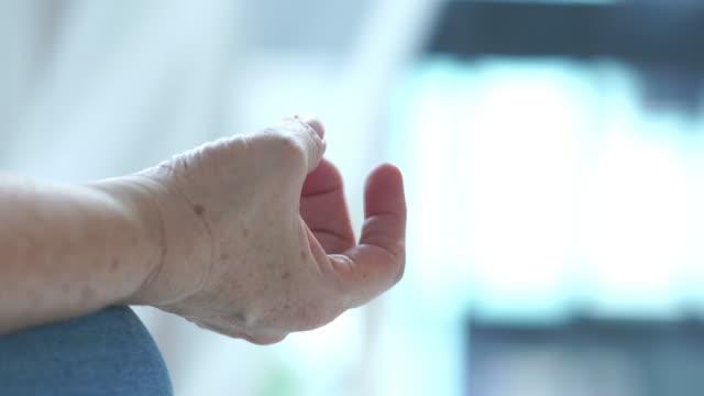 vídeos de stock e filmes b-roll de senior woman workout yoga and meditating in morning time - só uma mulher idosa