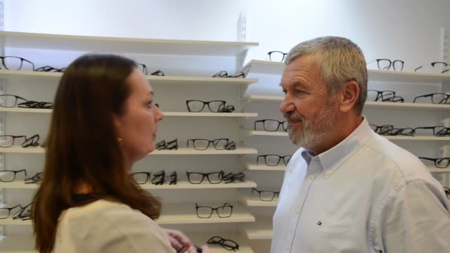 vídeos de stock, filmes e b-roll de senior women and men trying eyeglasses - óculos de leitura