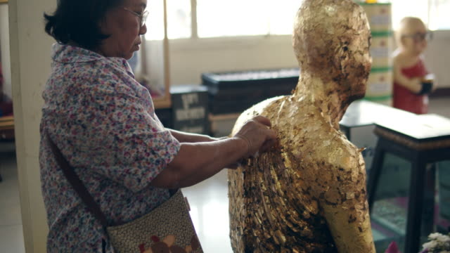 vídeos y material grabado en eventos de stock de mujeres mayores pidiendo ayuda a dios - estatua
