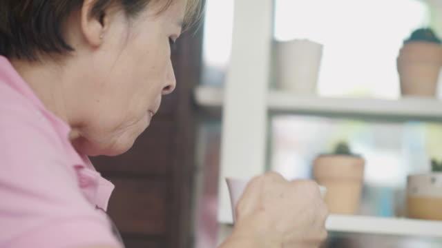 frauen in führungspositionen kaffeetrinken - dreiviertelansicht stock-videos und b-roll-filmmaterial