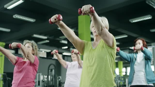 Senior vrouwen oefenen