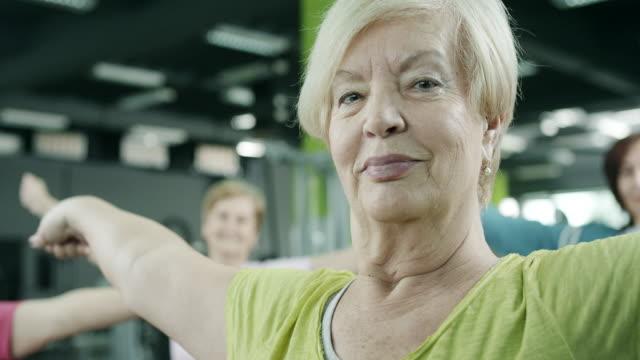 vídeos y material grabado en eventos de stock de senior mujer ejercicio - mujeres maduras