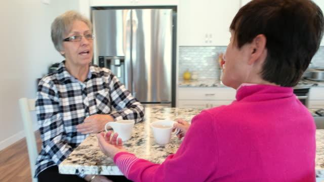 stockvideo's en b-roll-footage met senior vrouwen vrienden - 70 79 jaar