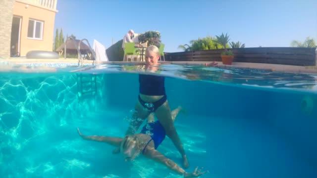 frauen in führungspositionen in einem schwimmbad - aktiver senior stock-videos und b-roll-filmmaterial
