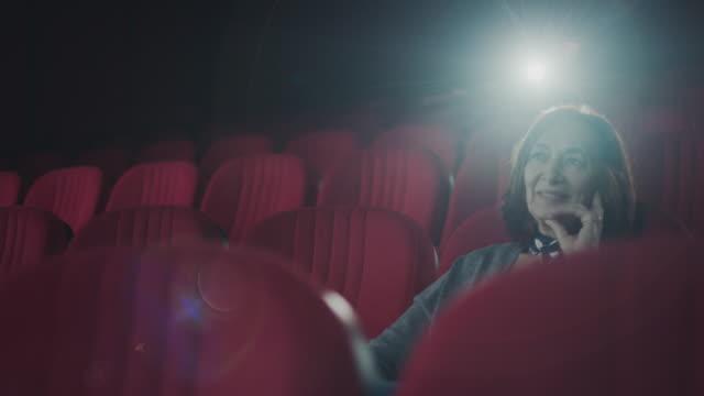 seniorinnen im kino - einsamkeit stock-videos und b-roll-filmmaterial