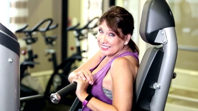 Frauen in Führungspositionen im Fitness-Studio mit Brustpresse