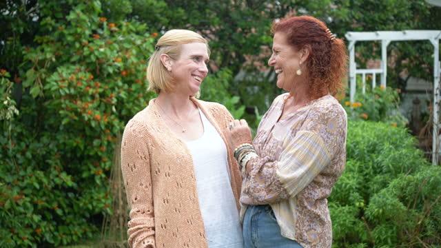 vídeos y material grabado en eventos de stock de las mujeres mayores besan a la hija adulta, muestra el anillo - amistad femenina