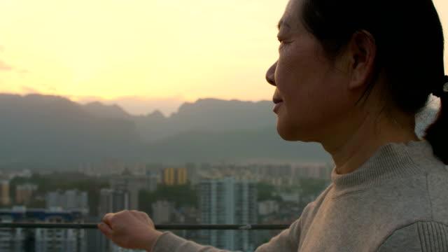 seniorenfrauen, die den sonnenuntergang in der stadt suchen - wegsehen stock-videos und b-roll-filmmaterial
