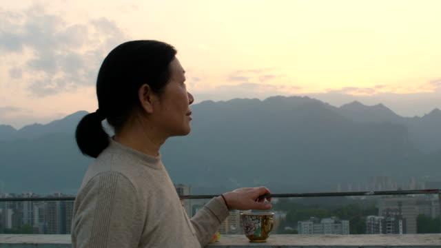 看城市日落的老年婦女 - looking away 個影片檔及 b 捲影像
