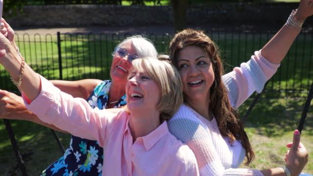 vídeos de stock e filmes b-roll de senior women on a swing - 50 anos