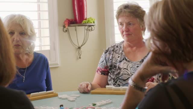 stockvideo's en b-roll-footage met hogere vrouwen die een spel spelen - woongemeenschap ouderen