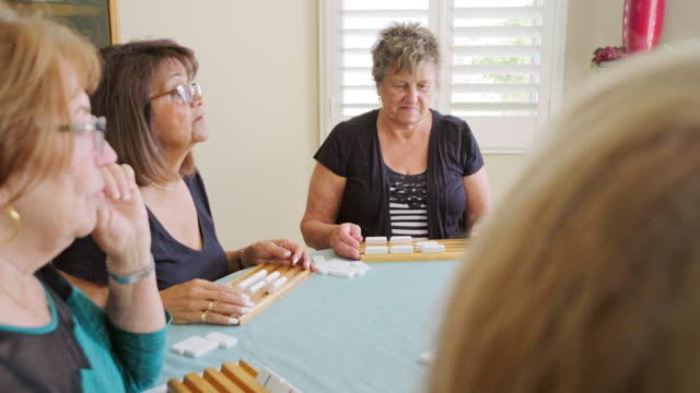 vídeos y material grabado en eventos de stock de mujeres mayores jugando un juego - urbanización para jubilados