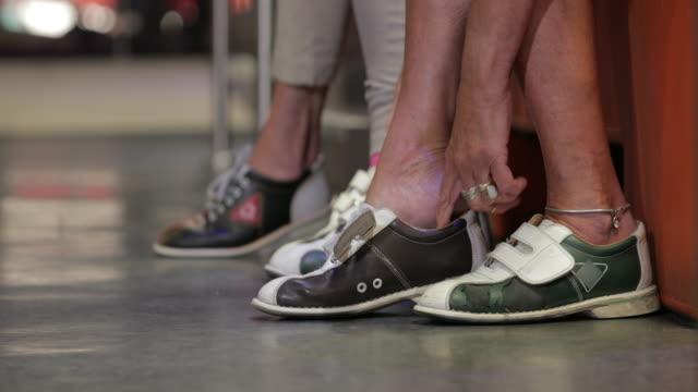 vídeos de stock, filmes e b-roll de mulheres sênior, preparando-se para o bowling - sapato de boliche
