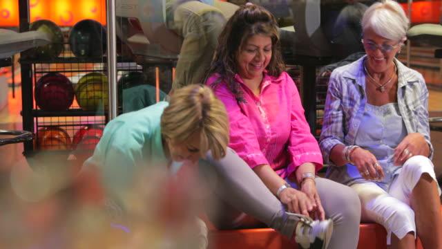 vídeos de stock, filmes e b-roll de mulheres sênior colocando sapatos de bowling na - sapato de boliche