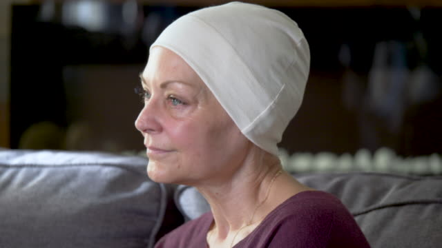 vídeos de stock, filmes e b-roll de uma mulher sênior que recupera do cancro - radioterapia