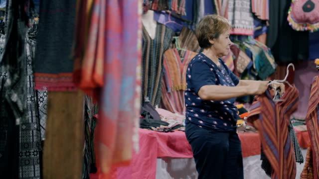 senior women shopping - negozio di abbigliamento video stock e b–roll