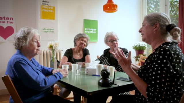 vídeos de stock e filmes b-roll de senior women support group gathering and learning about safety - centenário