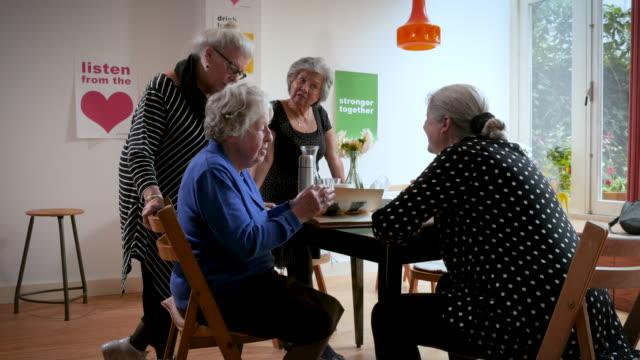 stockvideo's en b-roll-footage met senior women support group gathering - ondersteuning