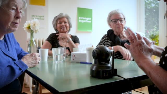 vídeos de stock e filmes b-roll de senior women support group watching safety cam footage - centenário