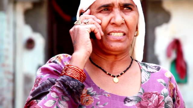 年配の女性携帯電話で話している - 電話を切る点の映像素材/bロール