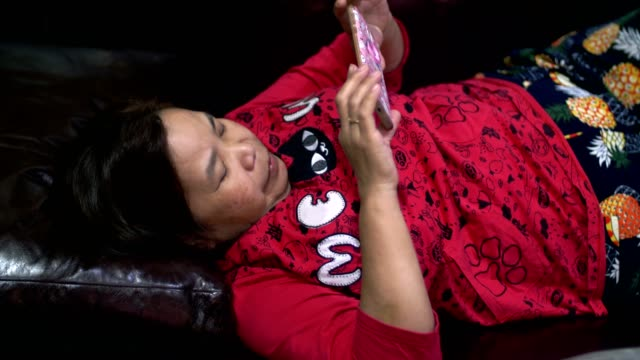 シニア女性のスマート フォンを使用して - 50 59 years点の映像素材/bロール