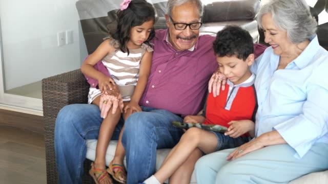 vídeos y material grabado en eventos de stock de personas mayores y nietos en familia latina multigeneracional. - 6 7 años