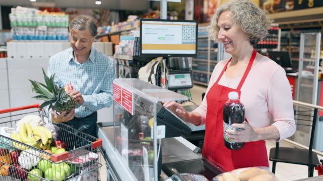 vidéos et rushes de aînés à la caisse de supermarché - vendre